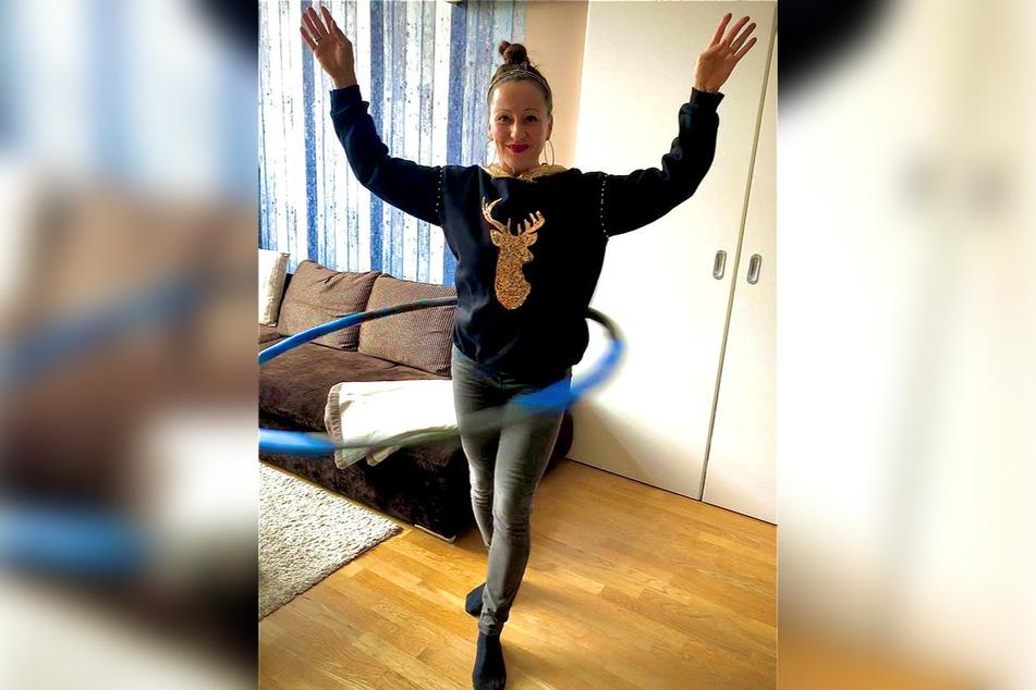 Erst mopste Radio-Frau Freddy Holzapfel (42) ihrer Tochter den Reifen, jetzt trainiert sie mit einem eigenen.