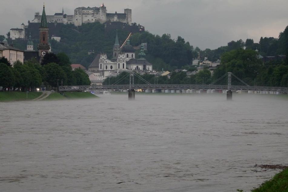 Der stark angestiegene Fluss Salzach im österreichischen Salzburg.
