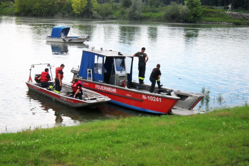 Die Feuerwehr war mit zwei Booten vor Ort. Im Hintergrund treibt das private Boot eines Kameraden.