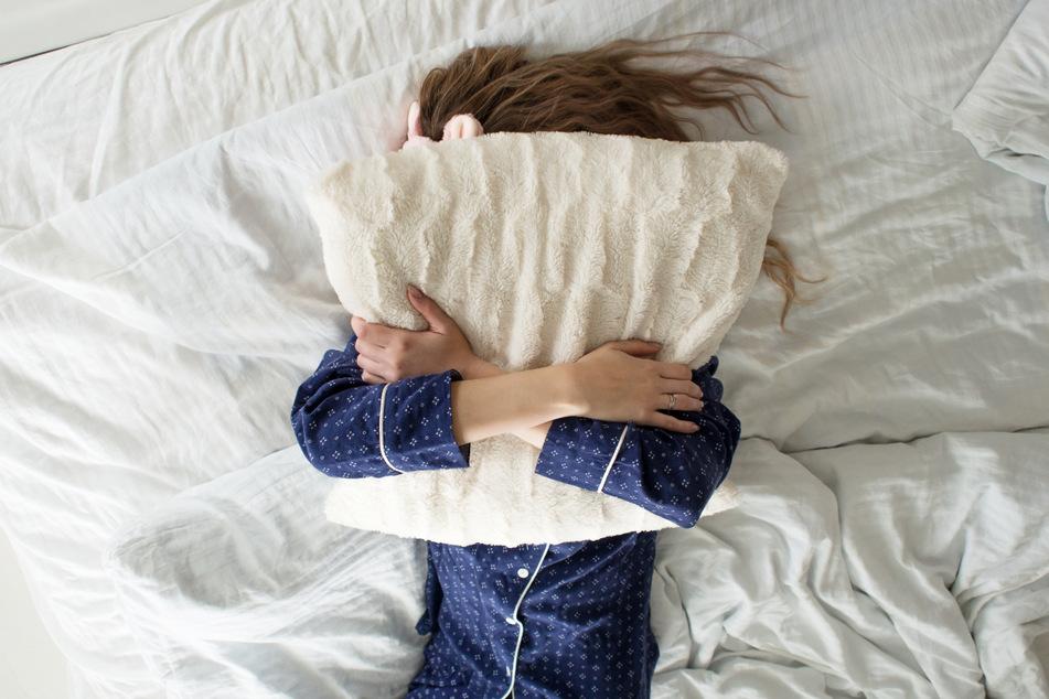 Im Umgang mit dem eigenen Bett kann man einiges falsch machen, aber deswegen muss man nicht verzweifeln, sondern einfach alles lüften lassen. (Symbolbild)