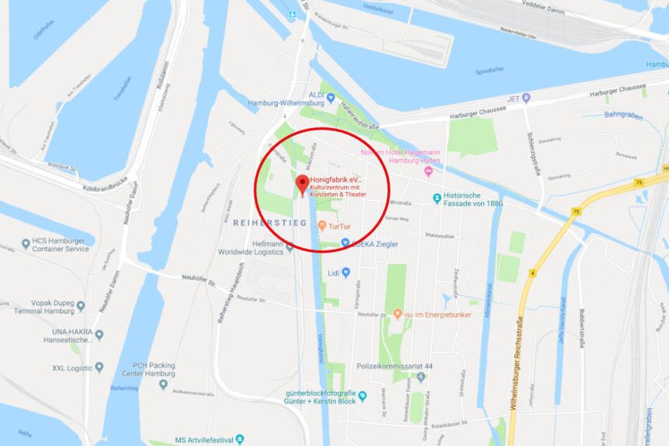 Für Nicht-Wilhelmsburger: Am Veringkanal liegt, recht gut versteckt, ein Boot der Honigfabrik. Hier findet am Samstag das HoFaLab statt.