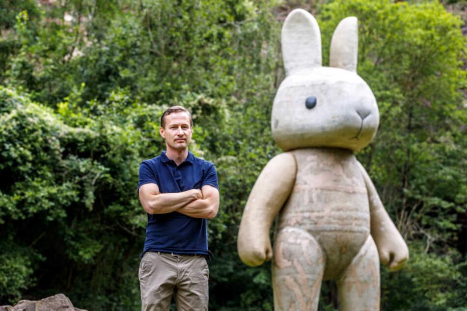 Künstler Heinz Schmöller (42) hatte den Sechs-Meter-Hasen 2015 auf den Neumarkt gestellt.