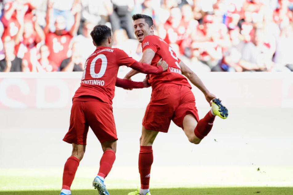 Torschütze Robert Lewandowski (r) jubelt mit Philippe Coutinho über seinen Treffer zum 1:0.