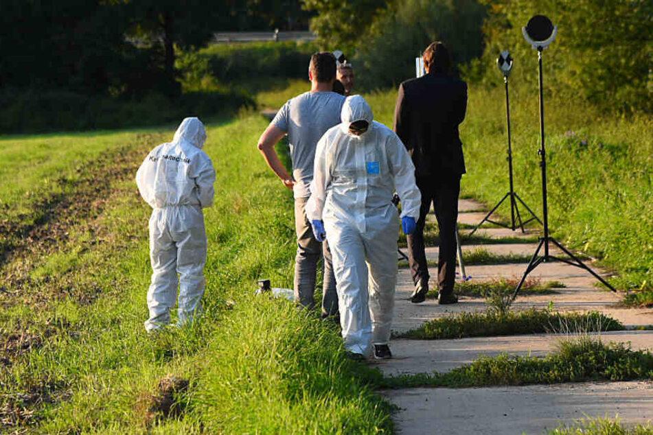 September 2017: Kriminaltechniker untersuchen den Fundort der Leiche nahe der Autobahnanschlussstelle bei Zwingenberg in Hessen.