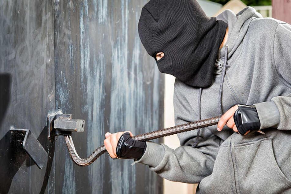 Die Einbrecher hebelten mehrere Türen beim Radsportverein auf. (Symbolbild)