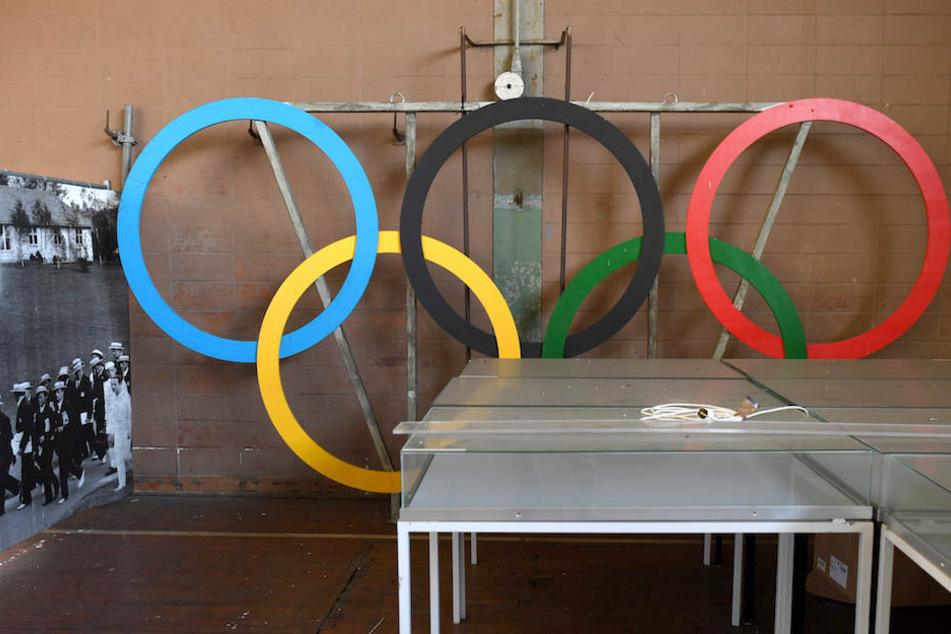 In einem Lager stehen die fünf olympischen Ringe.