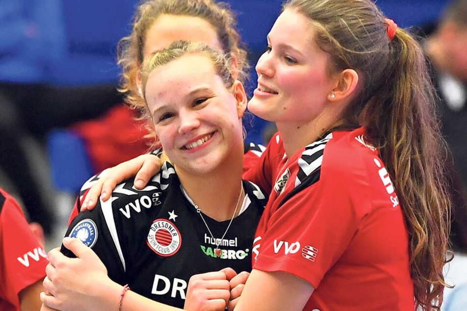 Die Dresdner Youngster Michelle Petter (l./20) und Rica Maase (18 Jahre) freuen sich. Petter durfte gegen Suhl von Beginn an ran, Maase wurde eingewechselt.