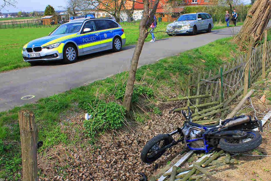 17-jähriger Biker kracht beim Überholen in Baggerschaufel