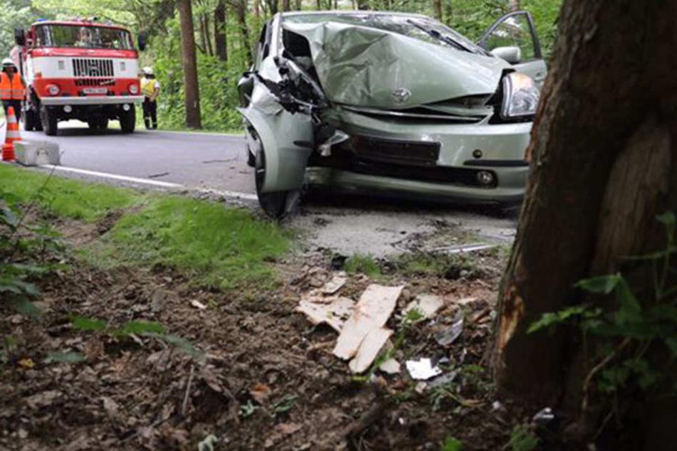 Toyota crasht gegen Baum: Fahrerin schwer verletzt