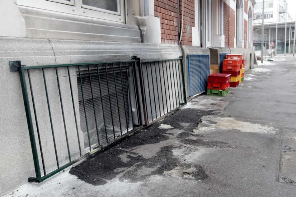 Rußpuren sind auf dem Gehweg vor einem vergitterten Fenster eines als Moschee genutzten Hauses zu sehen. (Archivbild)
