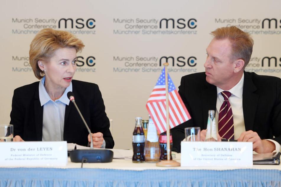 Ursula von der Leyen (CDU), Bundesverteidigungsministerin und Patrick Shanahan, US-Verteidigungsminister, sitzen am ersten Tag der Münchner Sicherheitskonferenz bei einer Konferenz zusammen.