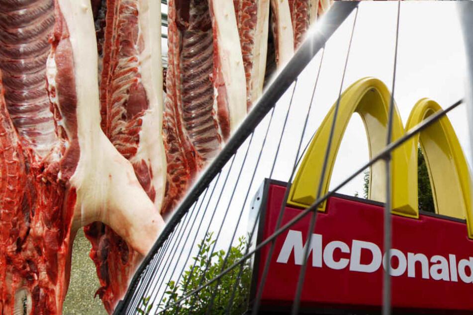 Schweinehälften hängen in einem Schlachthof. (Symbolbild)