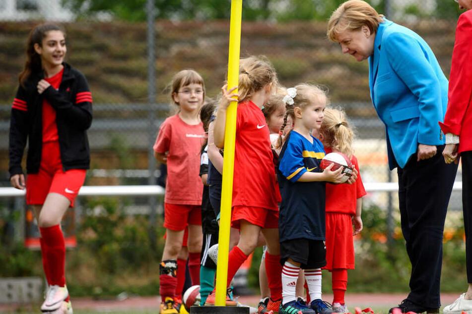 Angeregt unterhielt sich die CDU-Chefin mit den jungen Spielerinnen.