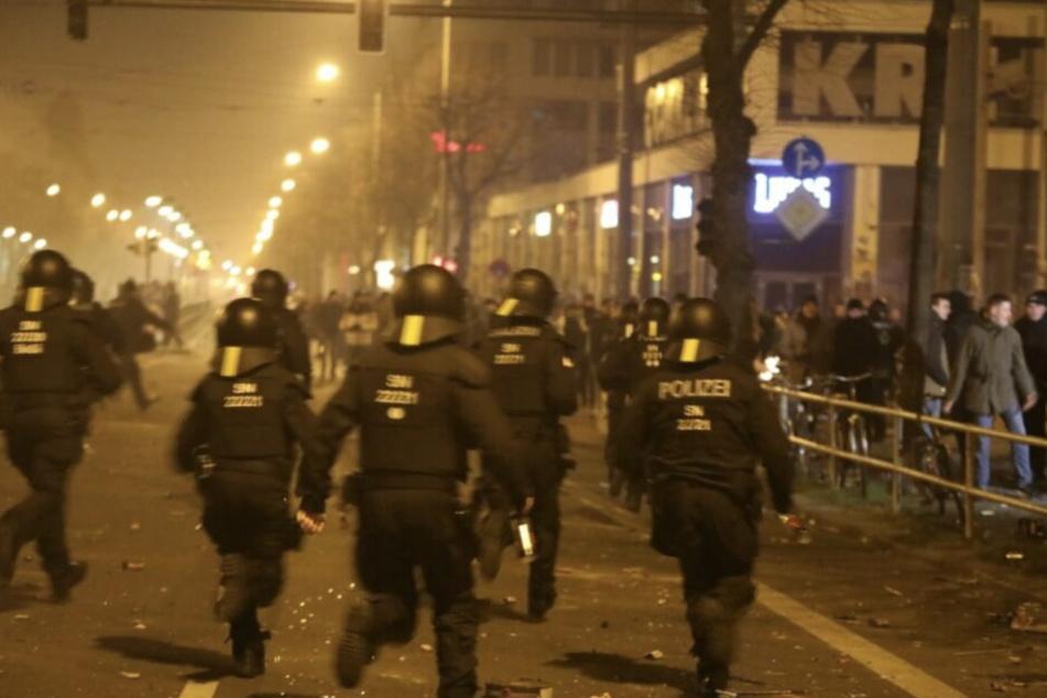 Eine Hundertschaft der Polizei soll die Einsatzkräfte an Silvester unterstützen.