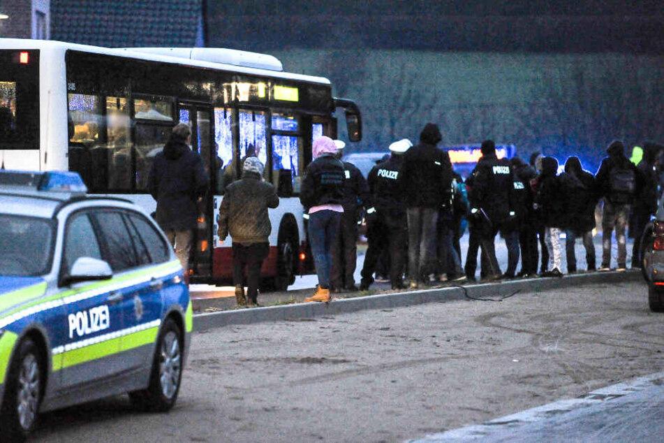Die Polizei evakuierte die Schüler und Lehrer in Bussen.