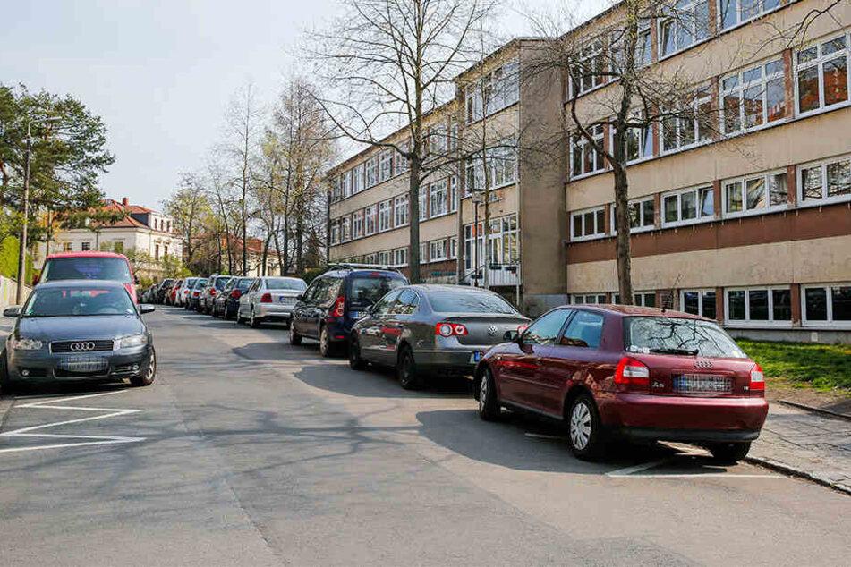 Zugeparkt: Für Feuerwehr und Rettungswagen gibt's kaum ein Durchkommen im Ernstfall.