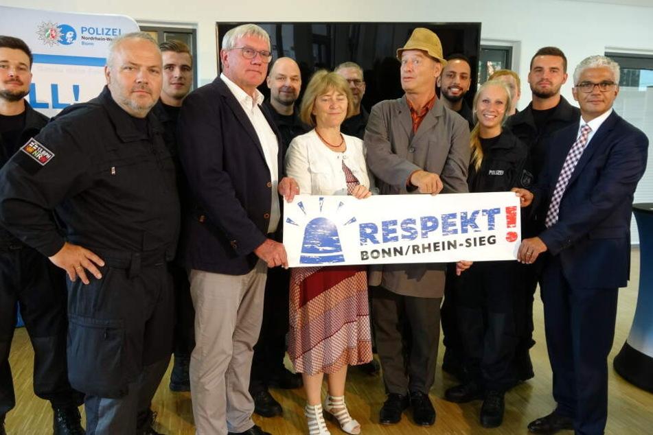 Tom Gerhardt beim Pressetermin am Freitag in Bonn, bei dem auch Bürgermeister Ashok-Alexander Sridharan (54, r) anwesend war.