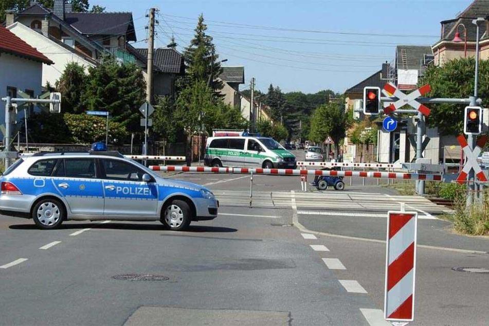 Die Polizei sichert einen Bahnübergang in Naunhof im Landkreis Leipzig. Durch die defekten Signalanlagen in Leipzig geht auch hier nichts mehr.