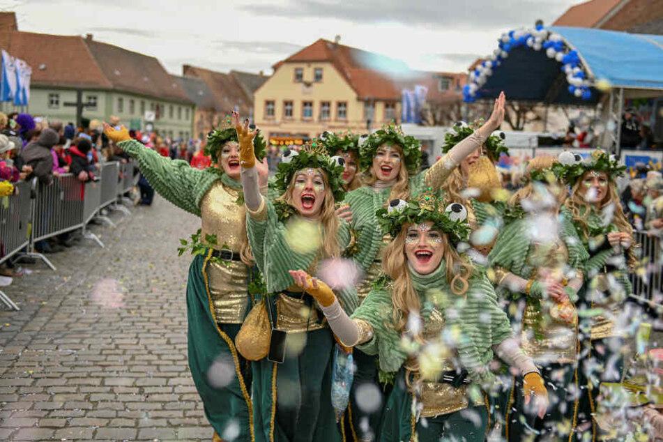 Beim Weiberfasching in Wittichenau machten so viele Frauen mit wie noch nie.