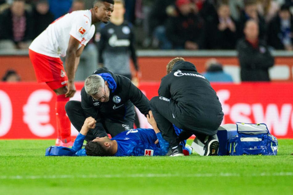 Der Schalker Abwehr-Recke Ozan Kabak musste nach 29 Minuten gegen den 1. FC Köln verletzt ausgewechselt werden.
