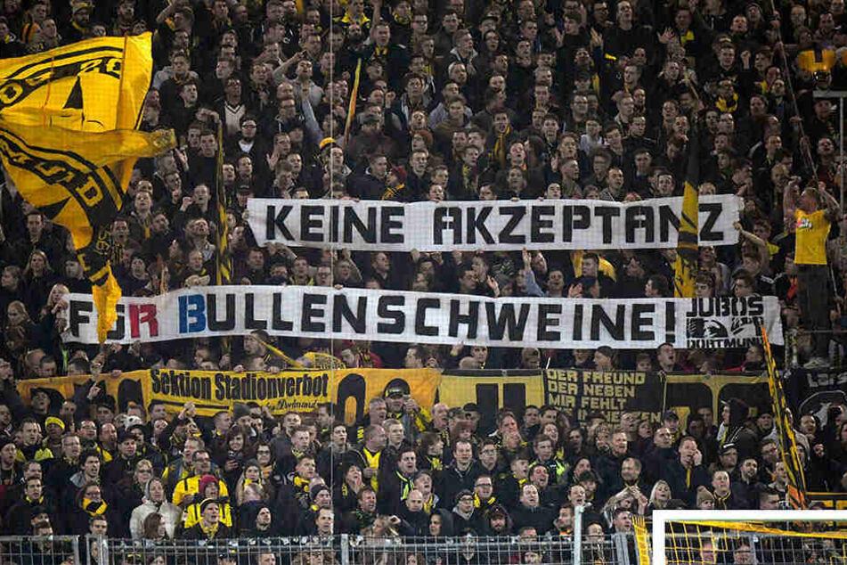 Beim Spiel Borussia Dortmund gegen RB Leipzig zierten viele Schmähplakate die Südtribüne. Vor dem Stadion kam es zu Angriffen von BVB- auf RB-Anhänger.