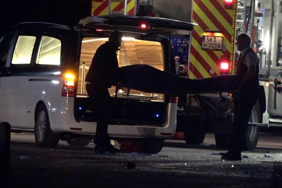 In der Nacht wurde das Todesopfer aus dem Bus-Wrack geborgen.