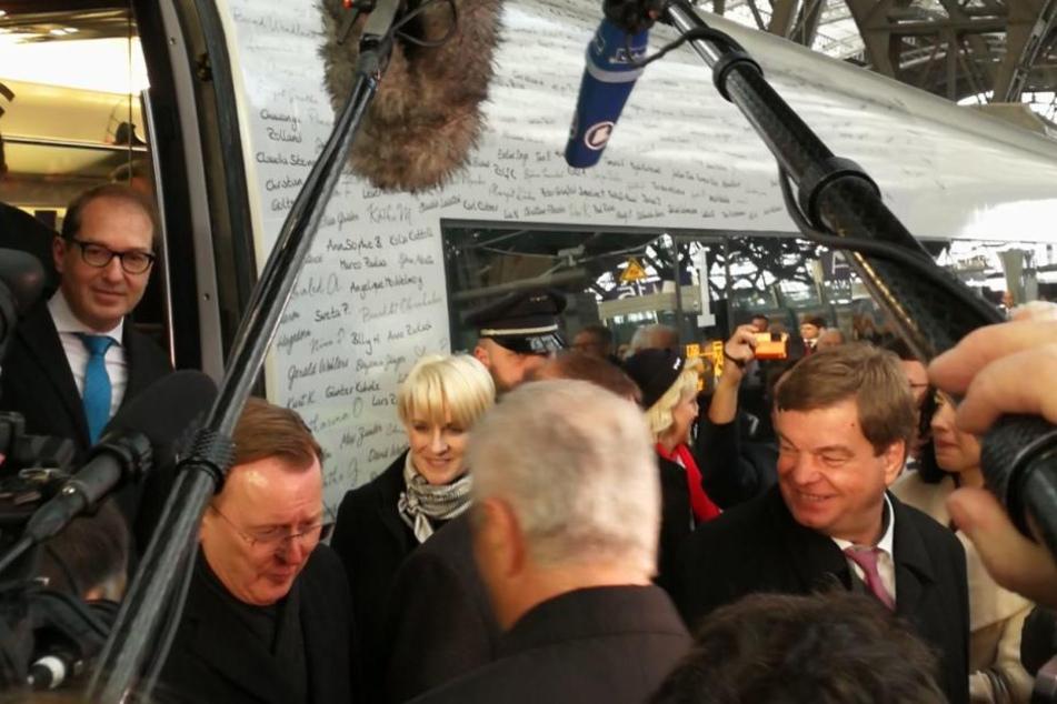 Stanislaw Tillich nahm am Gleis 14 einige Politiker, wie den Ex-Bundesverkehrsminister Alexander Dobrindt (links in der Tür) in Empfang.