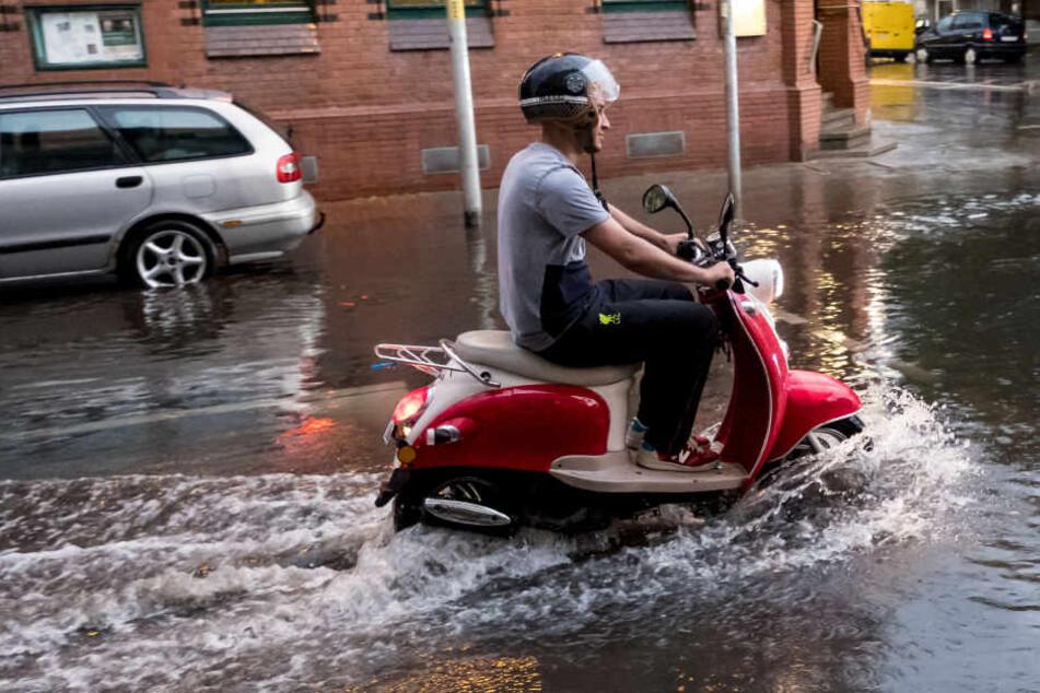 Ein Roller-Fahrer in Hannover versuchte es trotz starker Regenfälle.