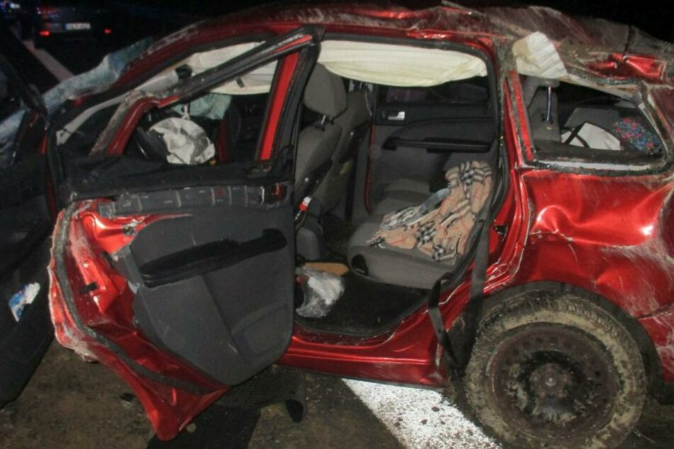 Das Auto Totalschaden, alle fünf Insassen mussten ärztlich behandelt werden: so lautet das Resultat eines Unfalls auf der A9 am Sonntag.