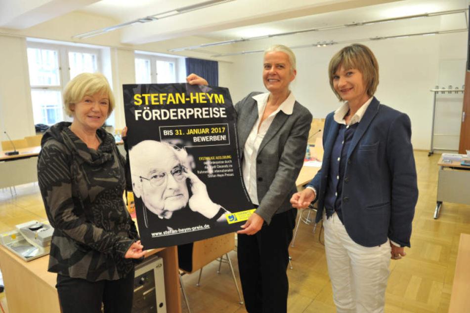 Dr. Ulrike Uhlig von der Stefan-Heym-Gesellschaft,  Literatur-Professorin Bernadette Malinowski und OB Barbara Ludwig (v.l.) werben  für den Stefan-Heym-Förderpreis.