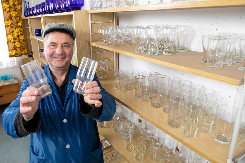 Der frühere VEB-Mitarbeiter Uwe Jähnig (56) leitet heute das DDR-Museum, zeigt die Superfest-Gläser.
