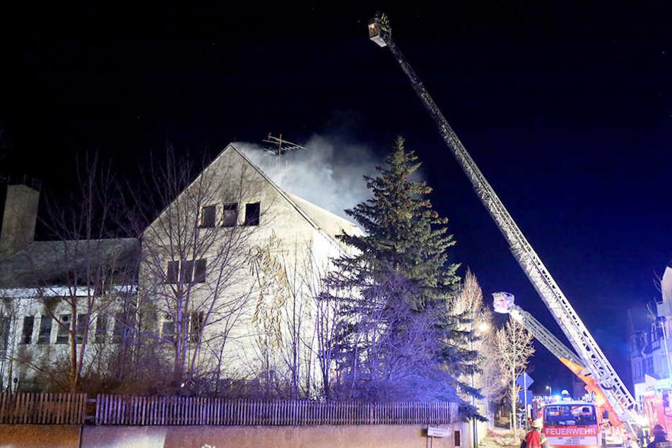 Das Feuer im Dachstuhl der ehemaligen Jugendherberge war gegen 21 Uhr ausgebrochen.