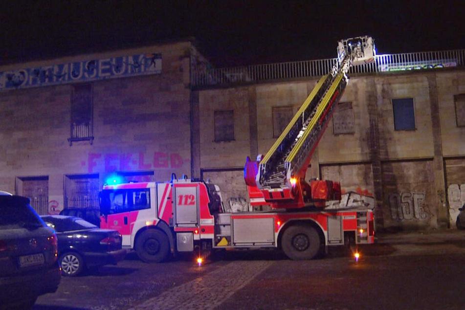 Kameraden der Feuerwehr waren in der Nacht zu Sonntag auf dem Dach des ehemaligen DHfK-Schwimmstadions im Einsatz.