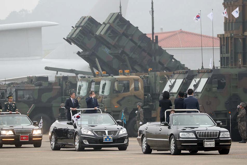 Moon Jae In (4.v.l), Präsident von Südkorea, salutiert Soldaten während einer Zeremonie anlässlich des 71. Tags der Streitkräfte.
