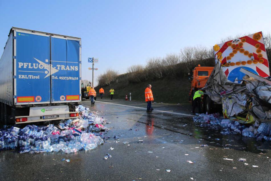 Der Lastwagen kollidierte mit dem Baustellenfahrzeug.