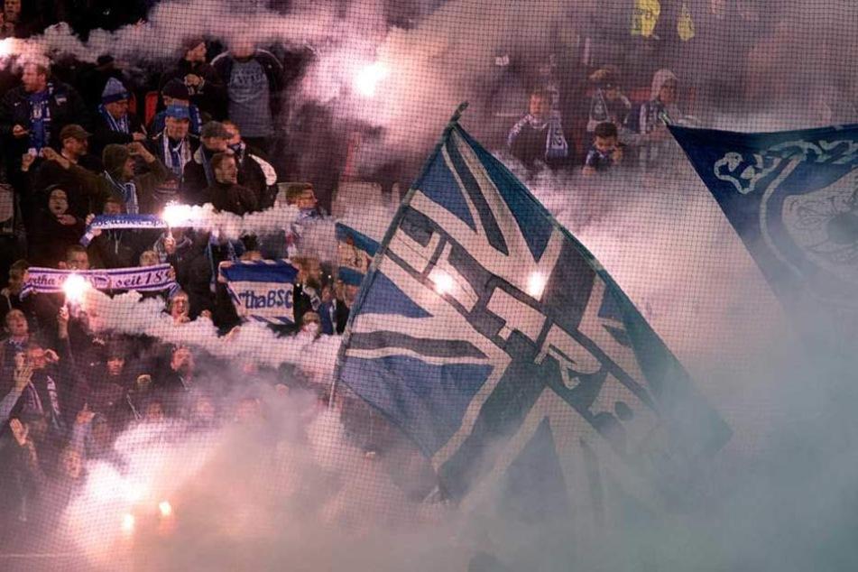 Mitgereiste Fans von Hertha BSC brennen Pyro im Gästeblock ab.