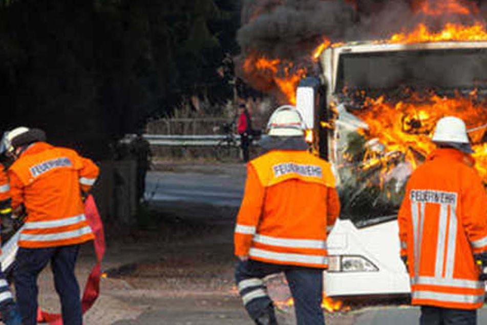 Bus steht in meterhohen Flammen, Fahrer verletzt