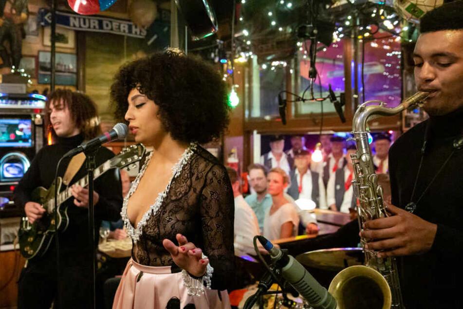 Für musikalische Unterhaltung sorgt die britische Sängerin Celeste.