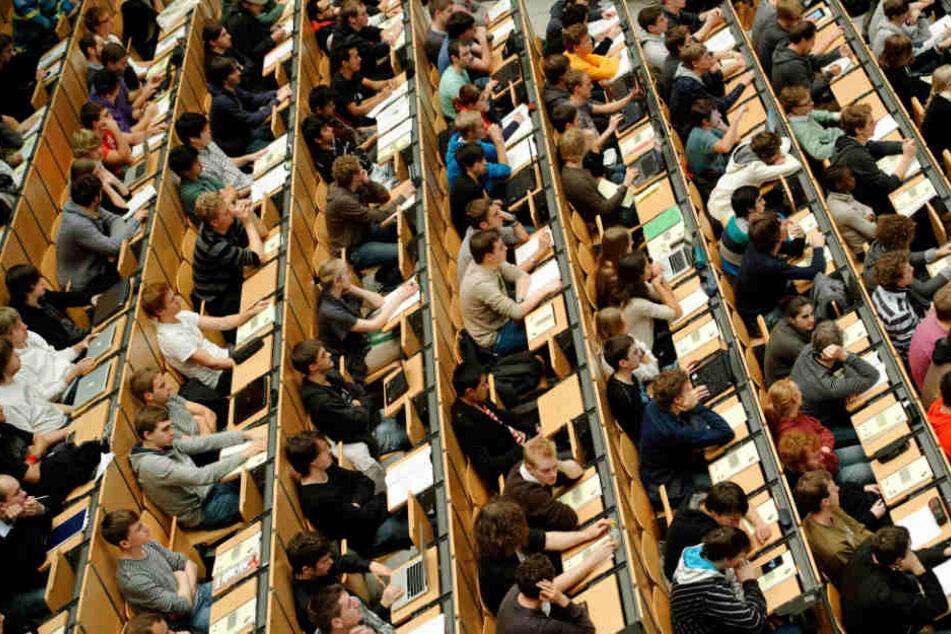 Unis könnten in Zukunft wieder verlangen, dass Studenten zur Uni kommen.