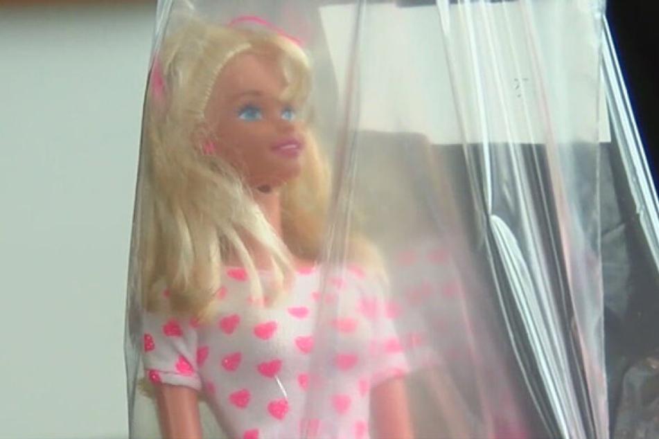 Könnte diese Barbie tatsächlich vom Mörder stammen? Eine moderne DNA-Methode soll das nun klären.