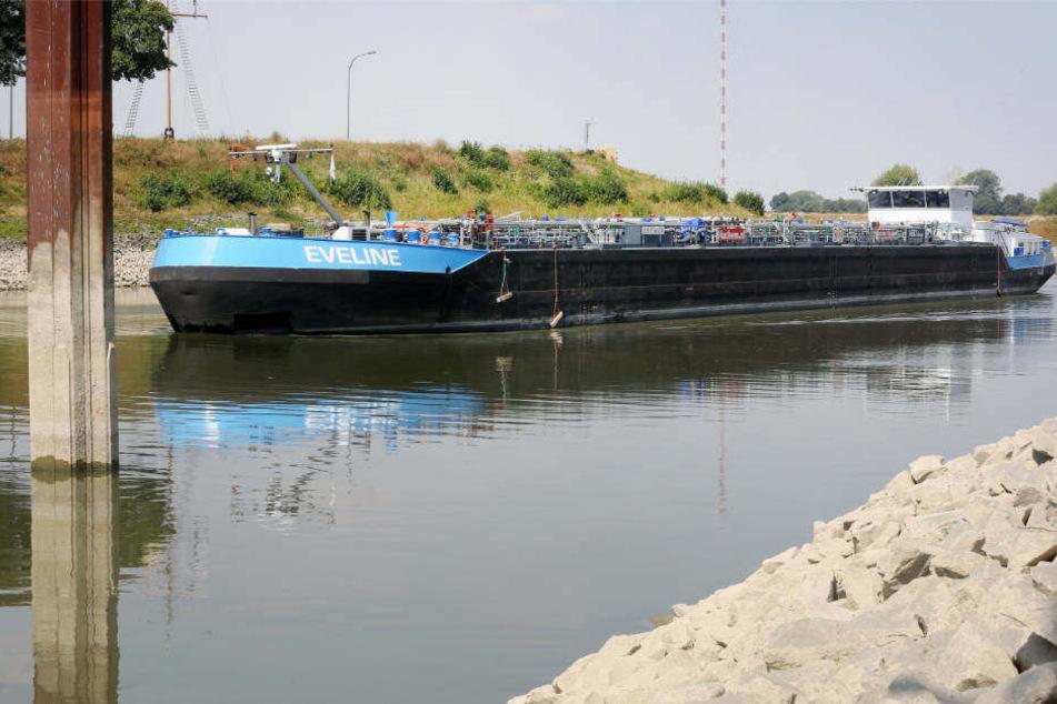 Wegen des niedrigen Rheinpegels können Tankschiffe nur noch halb so viel oder noch weniger Benzin oder Diesel transportieren.