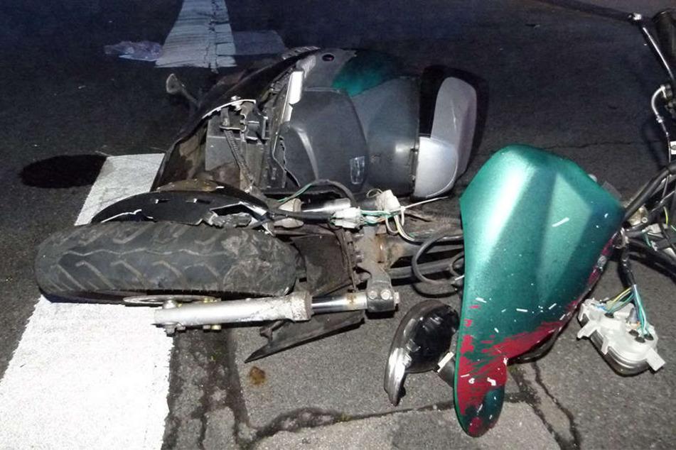 Der Roller der 25-jährigen Fahrerin ist komplett zerstört.