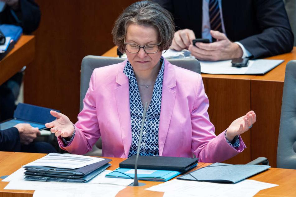 NRW-Ministerin Ina Scharrenbach (43) fordert fälschungssichere Schulbescheinigungen in NRW.