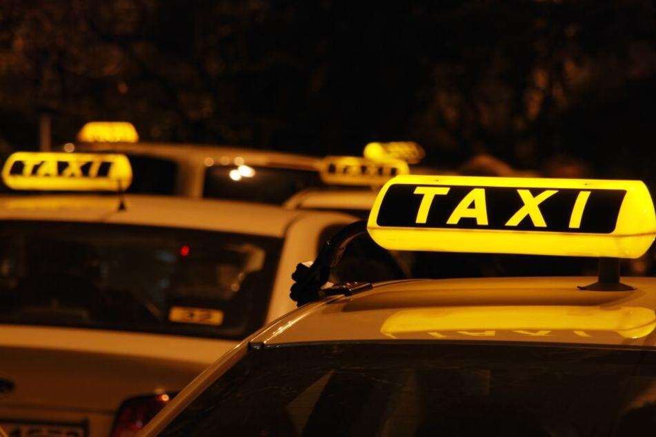 Der Taxifahrer wurde so schwer verletzt, dass er ins Krankenhaus musste. (Symbolbild)