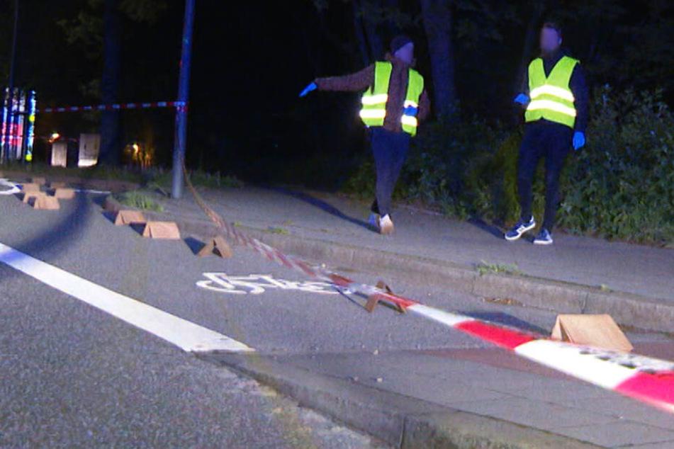 Polizeibeamte sichern den Tatort ab und sichern Spuren.