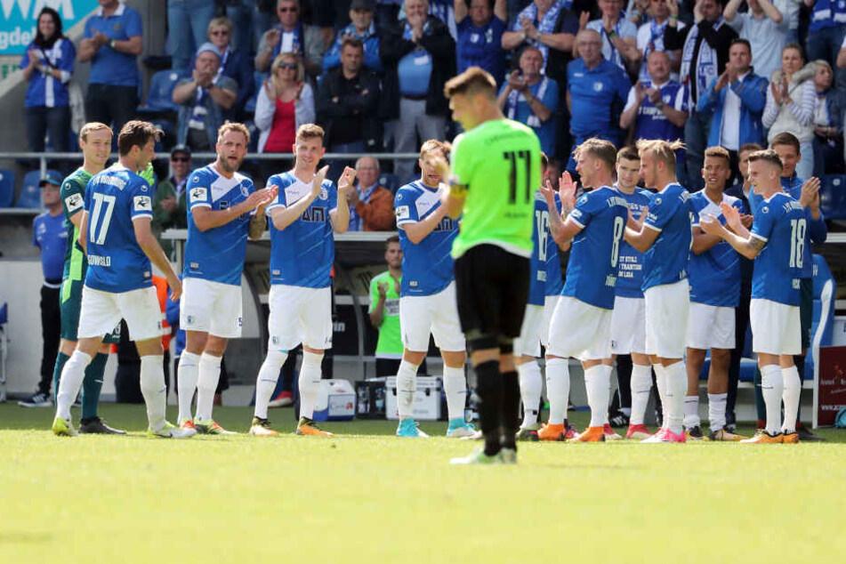 Marius Sowislo wurde beim 1. FC Magdeburg gebührend verabschiedet. Die Spieler bildeten ein Spalier, auch von den Chemnitzern wie Daniel Frahn (Nummer 11) gab's Beifall.
