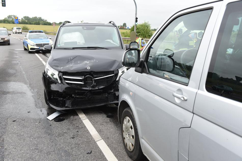 Crash auf der B169 bei Döbeln! Ein Autodieb flüchtete am Freitagnachmittag mit einem schwarzen Mercedes-Transporter vor der Polizei, krachte anschließend mit einem VW-Transporter zusammen.