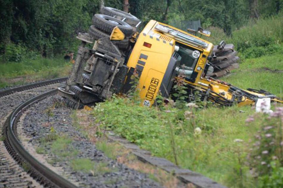 Spezialbagger bei Gleisbauarbeiten umgekippt