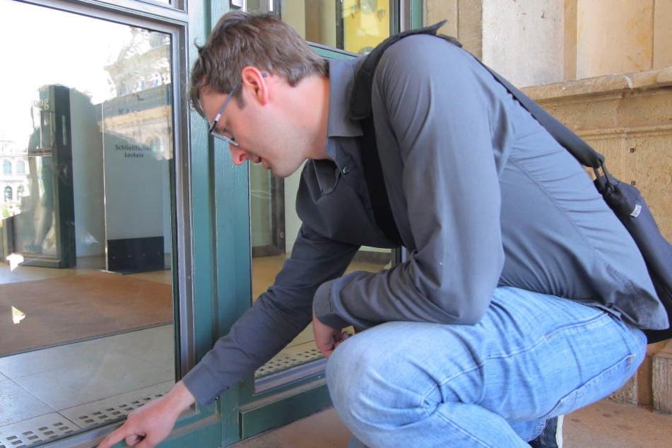 TAG24-Redakteur Hermann Tydecks begutachtet die Ablagerungen am Eingang der Porzellansammlungen.