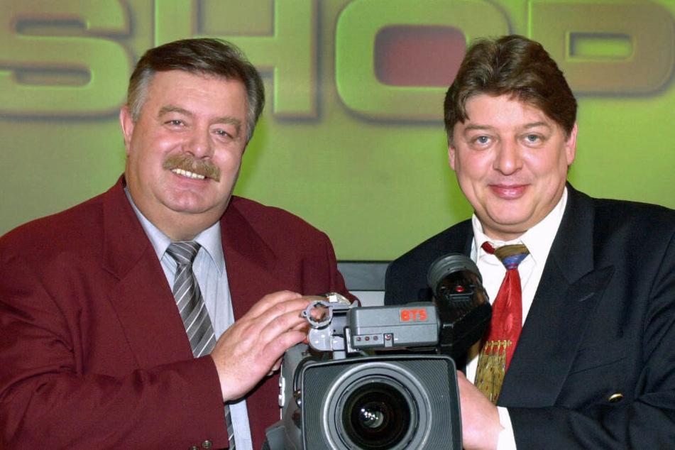 Ein Bild vergangener Tage. Harry Wijnvoord (l.) und Walter Freiwald, stehen auf einer Pressekonferenz in Köln vor dem Logo ihrer gleichnamigen Sendung.